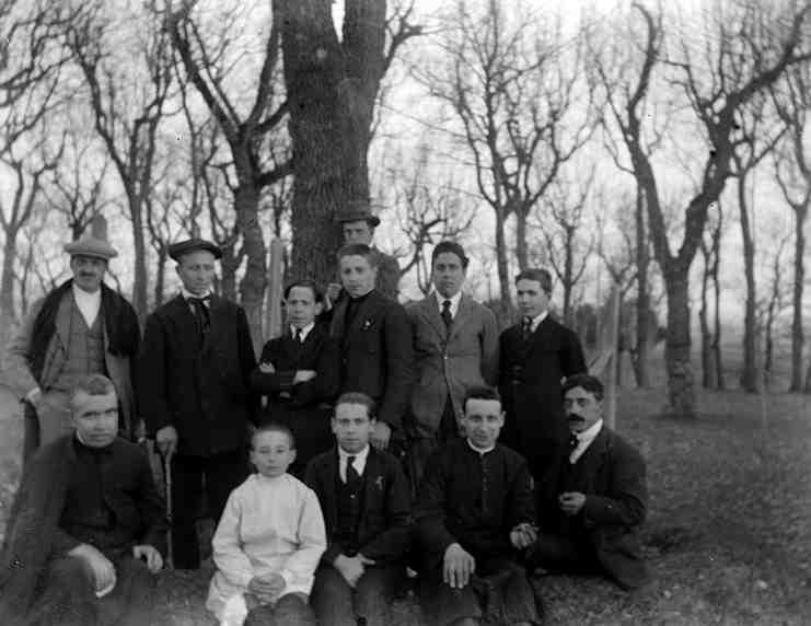 Segimon Cunill (al centre, dret), Josep Gudiol (a l'esquerra, assegut) i Eduard Junyent (a la dreta, assegut) en una excursió als anys 1920.