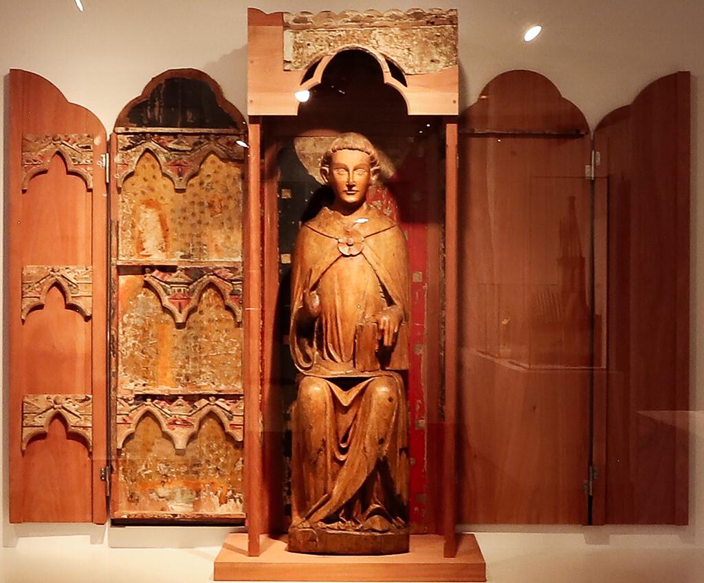 """El retaule-tabernacle de Tredòs aixoplugant la talla d'un sant diaca (probablement sant Esteve), conservada al Museu Nacional d'Art de Catalunya: reunió d'un conjunt dispers de vers 1300, tal com es pot veure a l'exposició """"Nord & Sud"""" al Museu Episcopal de Vic."""