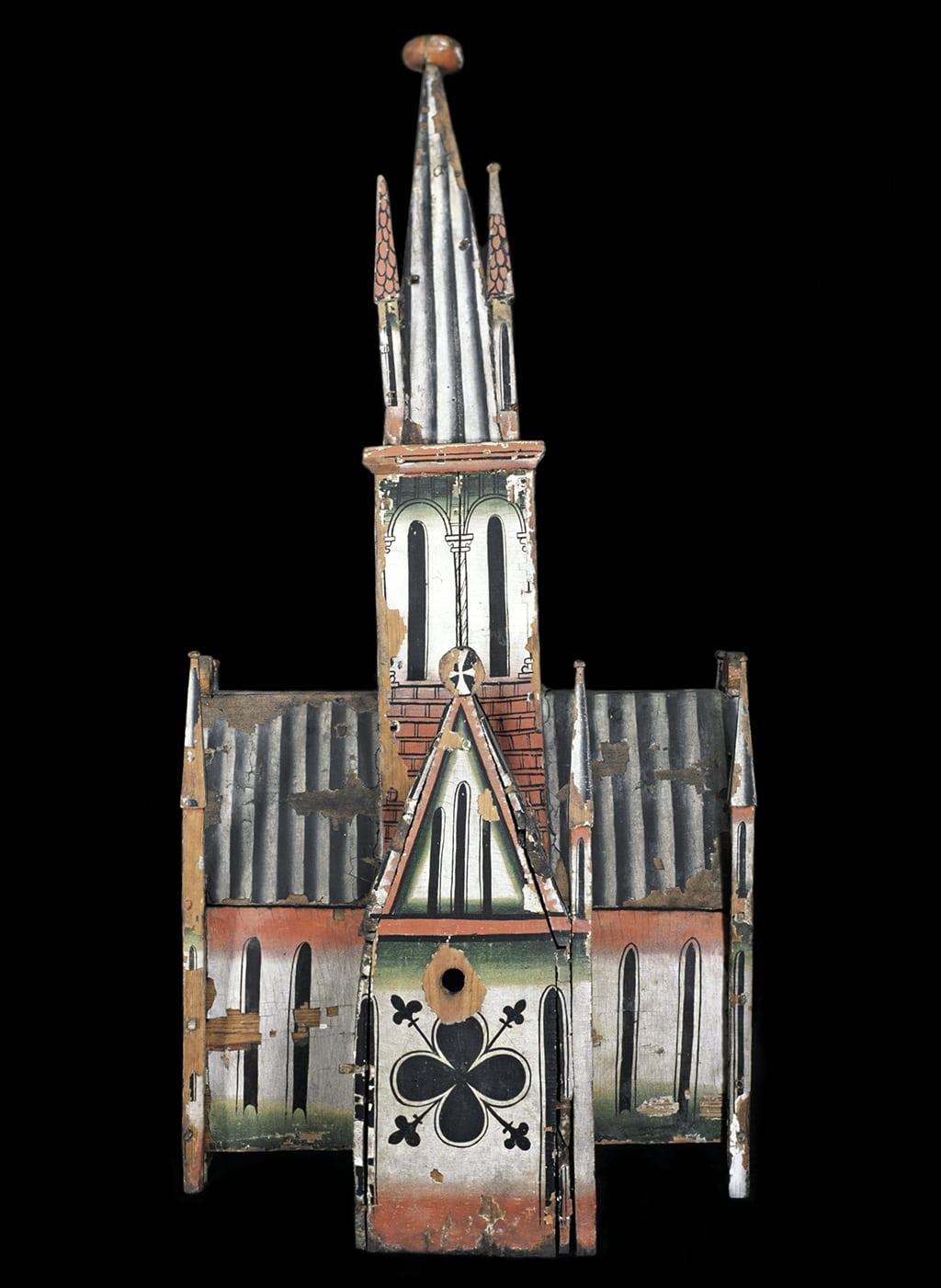 Coronament d'un retaule-tabernacle en forma de maqueta d'una església, procedent de Reinli (Oppland, Noruega). Museu de la Universitat d'Oslo.