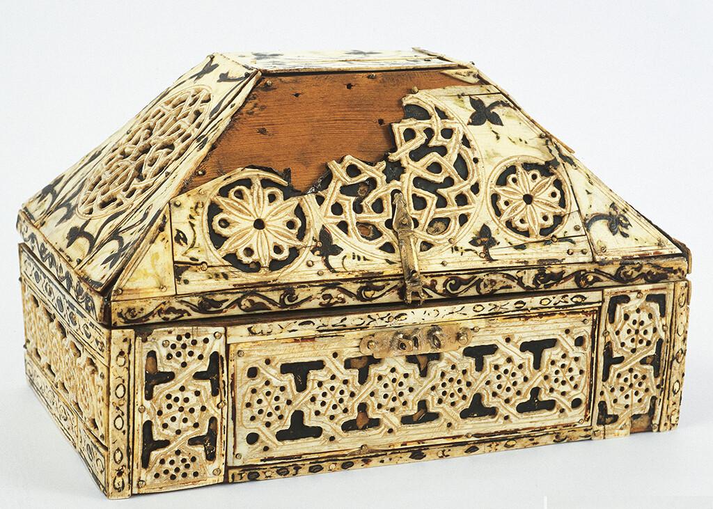 Arqueta de fusta i ivori, Granada, segle XIII. Museu Episcopal de Vic.